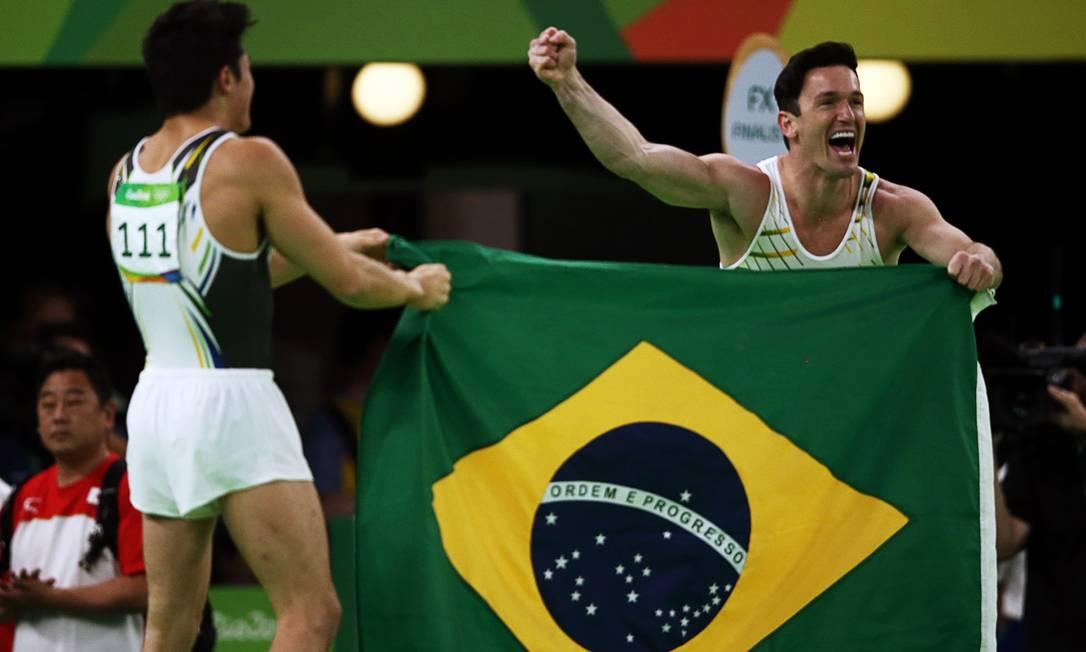 Com a Arena Olímpica do Rio cheia, os atletas vibraram após os resultados. Arthur alcançou a nota 15.433 e Diego, 15.533 MARKO DJURICA / REUTERS