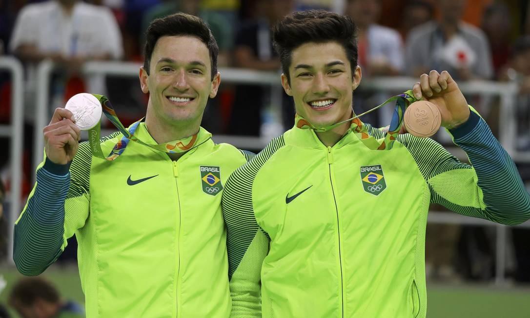Diego Hypolito e Arthur Nory com suas medalhas olímpicas Foto: MIKE BLAKE / REUTERS