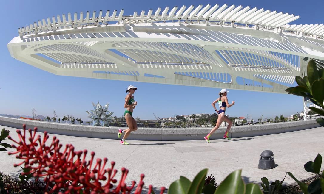 As maratonistas passam pelo Museu do Amanhã Marcelo Carnaval / Agência O Globo