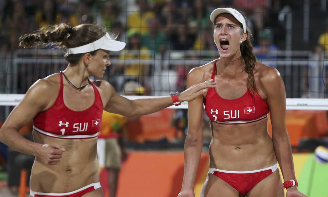 As suíças Zumkehr e Heidrich comemoram um ponto contra as brasileiras Larissa e Talita ADREES LATIF / REUTERS