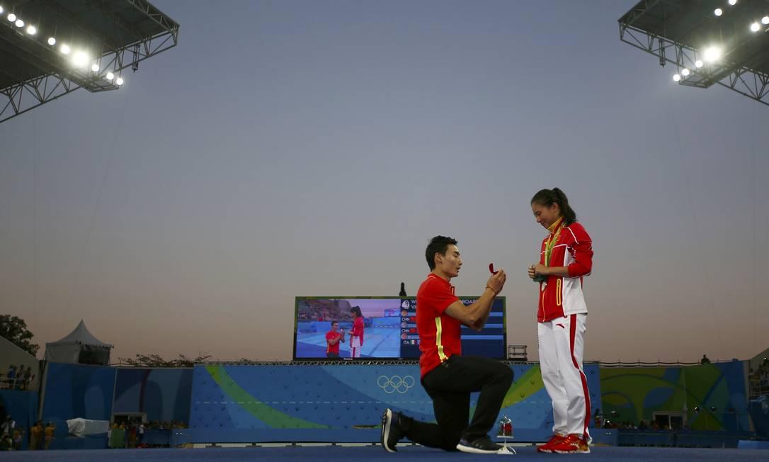 Após ter recebido a medalha de prata na prova de salto ornamental no Centro Aquático Maria Lenk, a chinesa Zi He foi surpreendida pelo namorado e também mergulhador chinês Qin Kai MICHAEL DALDER / REUTERS