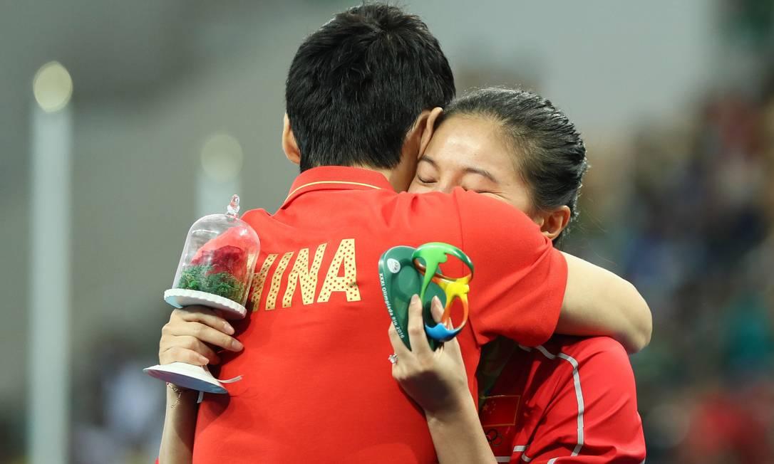 E... ela disse sim. Zi He ganhou além do anel, um rosa e uma lembrança da Olimpíada do Rio. Teve abraço, mas não teve beijo. STEFAN WERMUTH / REUTERS