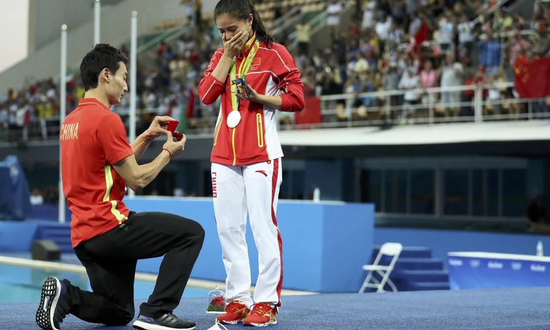 De joelhos, Kai apresentou o anel. O casal está juntos há alguns anos. STEFAN WERMUTH / REUTERS