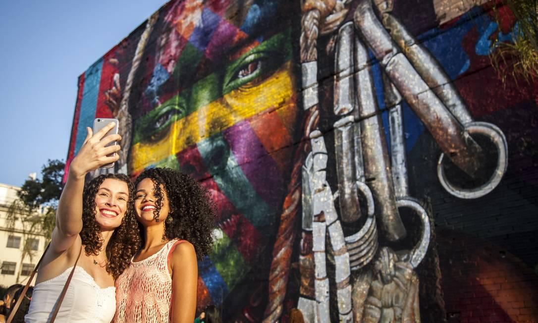 O mural de Eduardo Kobra é fundo para diversas 'selfies' Hermes de Paula / Agência O Globo