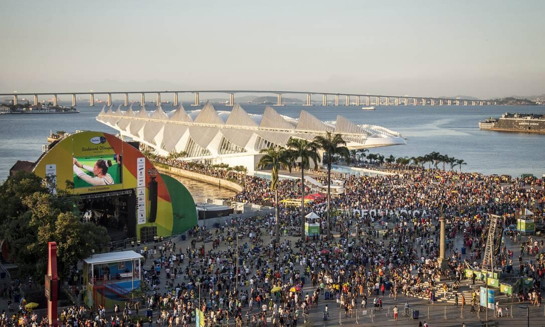 Com telões mostrando os Jogos, e shows, a Praça Mauá virou point durante a Olimpíada Hermes de Paula / Agência O Globo