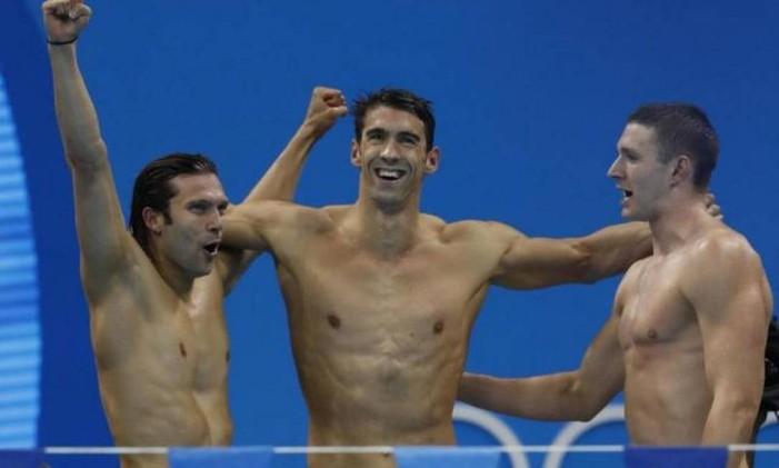 Na despedida de Michael Phelps de Jogos Olímpicos, o revezmento americano ficou com ouro nos 4x100m quatro estilos fazendo o que ele sabe de melhor: um recorde olímpico, com o tempo de 3m27s95. Foto: Odd Andersen / AFP