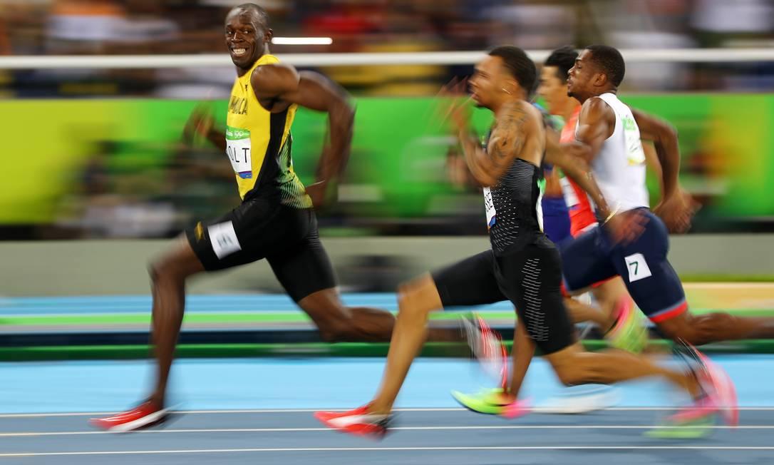 O jamaicano Usain Bolt corre na semifinal dos 100m rasos masculino, à frente de outros concorrentes, no Estadio Olímpico do Rio, o Engenhão KAI PFAFFENBACH / REUTERS