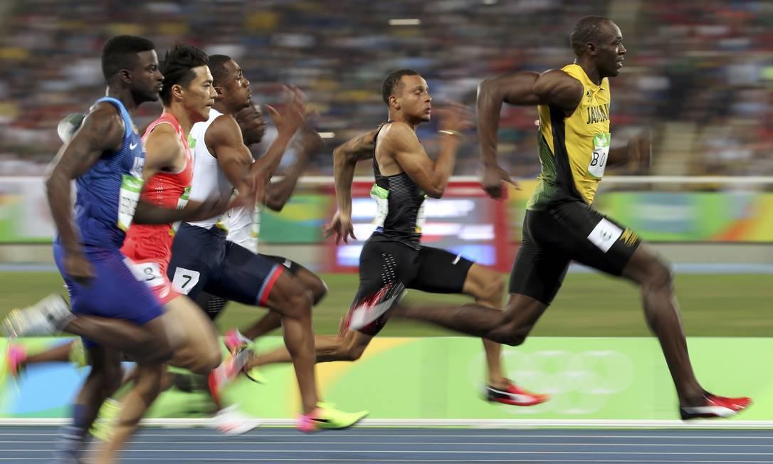 Usain Bolt toma a dianteira na semifinal dos 100m rasos, seguido por Andre de Gasse do Canadá e outros competidores ALESSANDRO BIANCHI / REUTERS