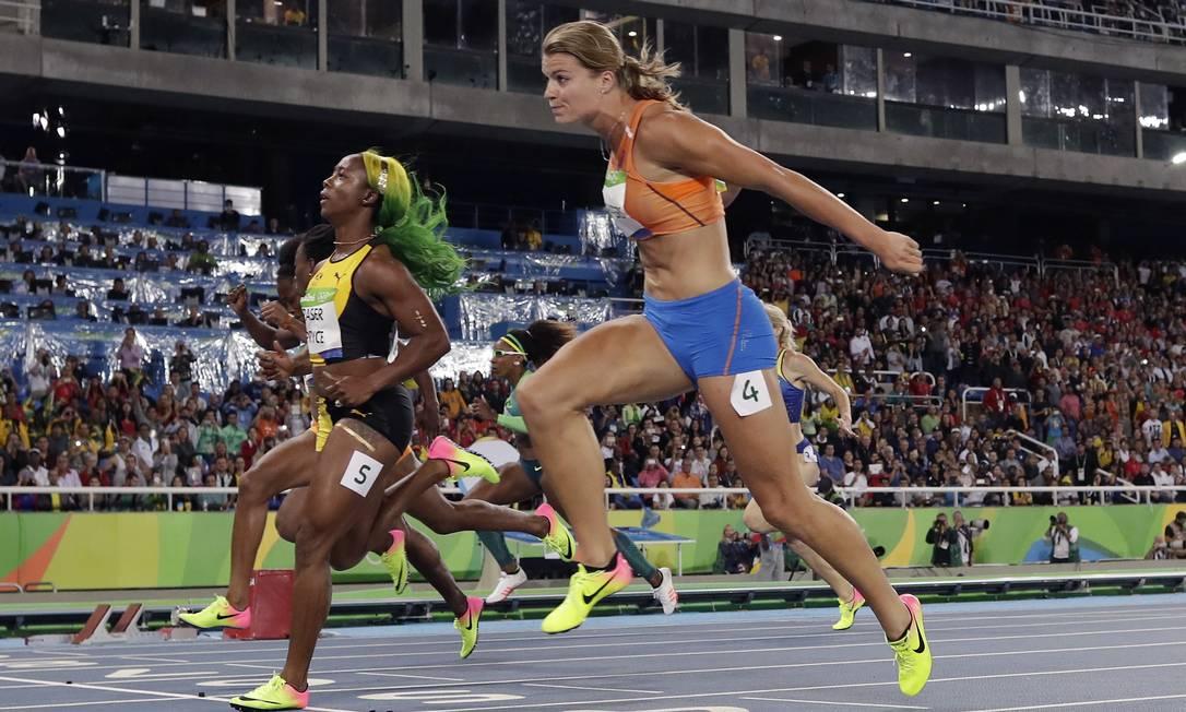 A jamaicana Shelly-Ann Fraser-Pryce, e a holandesa Dafne Schippers cruzam a linha na semifinal feminia dos 100 metros Matt Slocum / AP