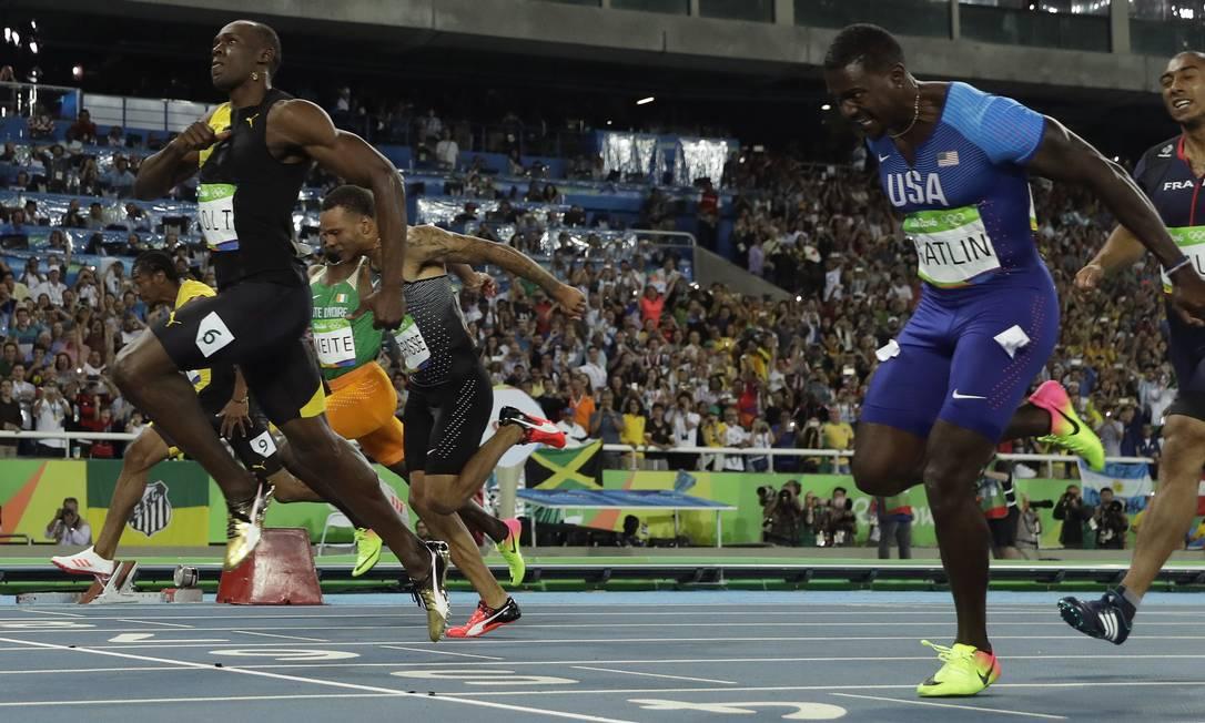 Bolt acelera para vencer a prova dos 100m rasos Matt Slocum / AP