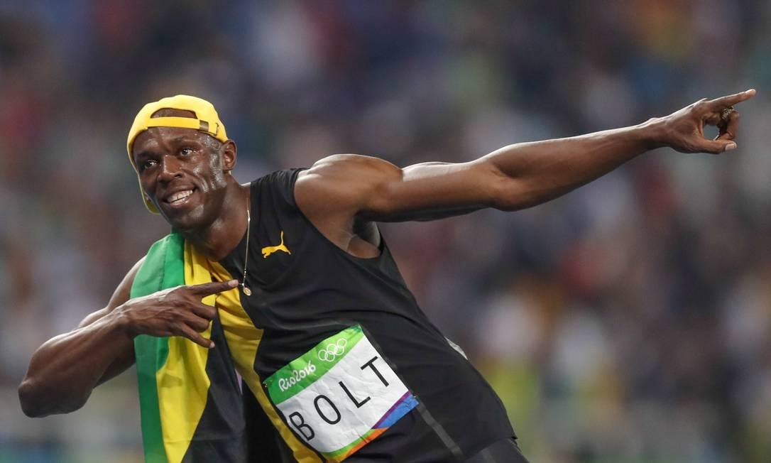 Usain Bolt faz o gesto tradicional após se tornar tricampeão olímpico, com a vitória na prova dos 100m rasos, no Engenhão Pedro Kirilos / Agência O Globo