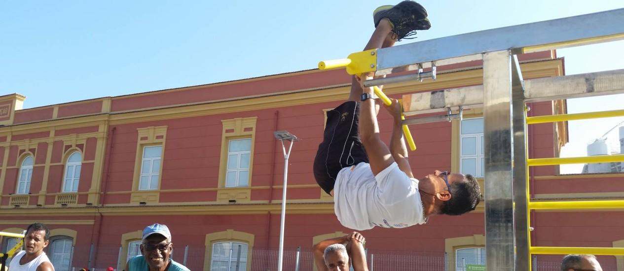 Homem se exercita em aparelho público perto do Engenhão Foto: Agência O Globo / Luiz Ernesto Magalhães