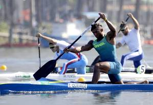 O brasileiro Isaquias Queiroz disputa prova de canoagem na Lagoa Foto: Andre Penner / AP