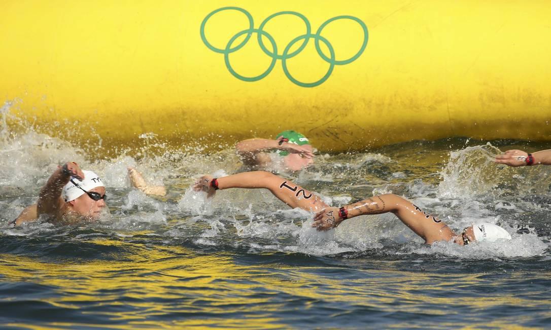 Os 10 km da maratona aquática têm momentos de disputa dura, em que braços se misturam, com nadadoras muito próximas umas das outras KEVIN LAMARQUE / REUTERS