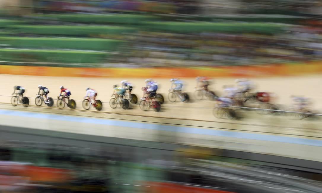 No velódromo, ciclistas pedalam na final da prova de 10 km MATTHEW CHILDS / REUTERS