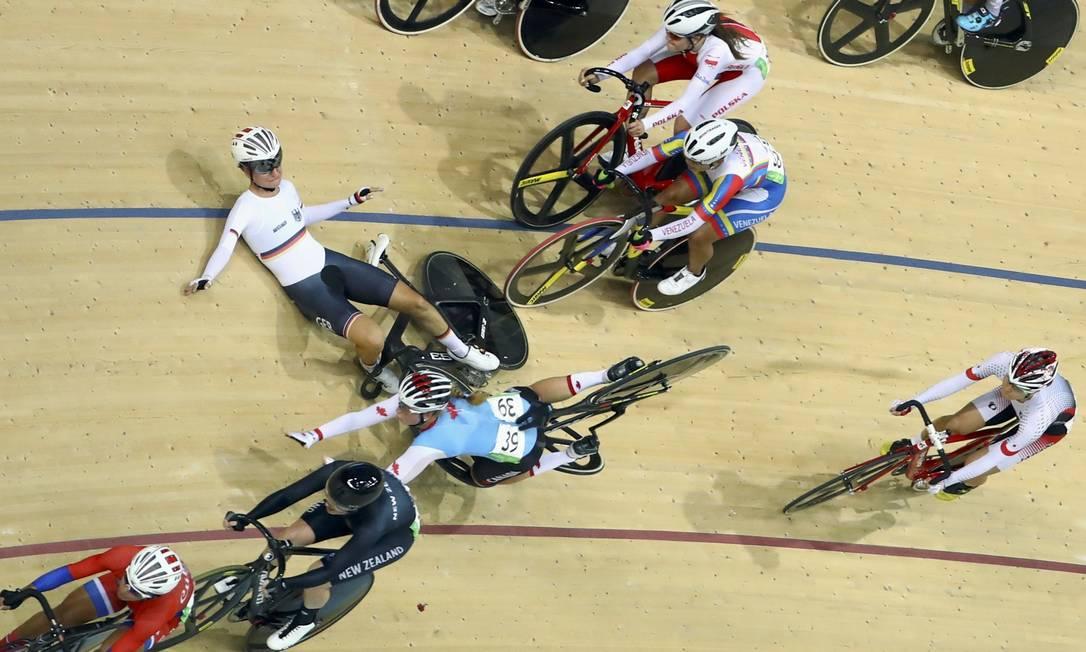 Em velocidade, a perda do equilíbrio e o toque na bicicleta adversária rendem apreensão a atletas e organizadores PAUL HANNA / REUTERS