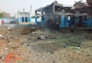 Um cadáver é visto no local de um ataque aéreo a um hospital no distrito de Abs, no norte da província de Hajja, no Iêmen Foto: STRINGER / REUTERS