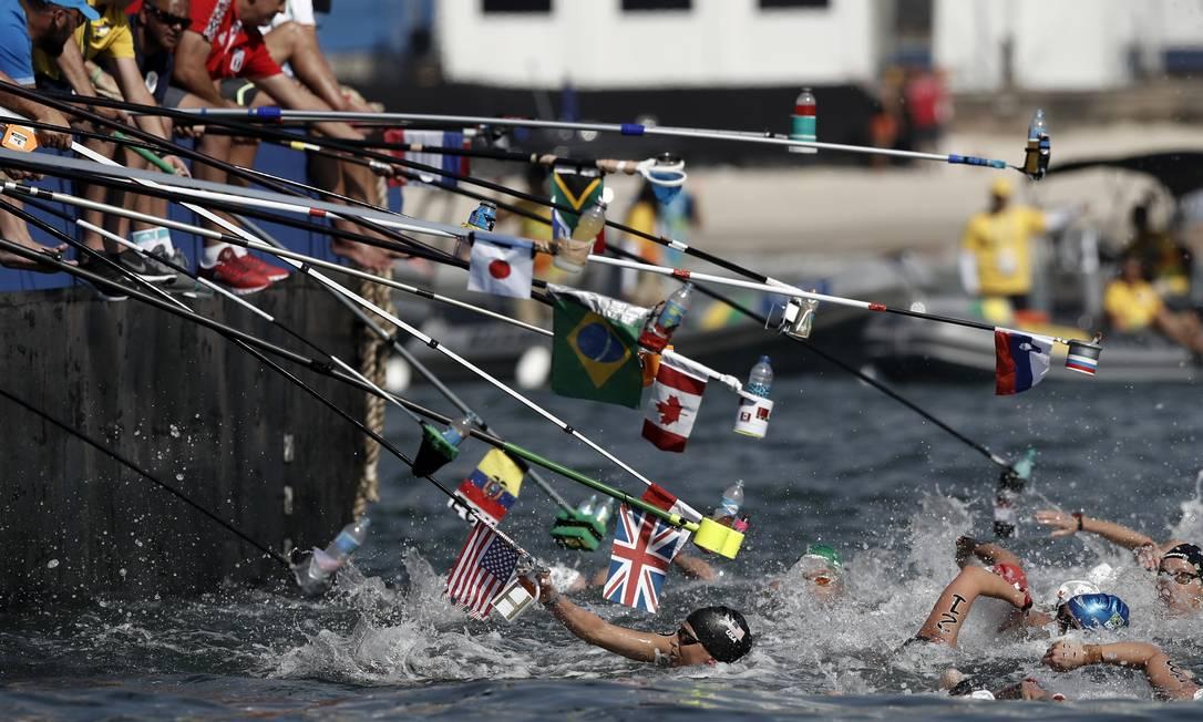 A hora do refresco na maratona aquática feminina em Copacabana André Mourão / O Dia/NOPP