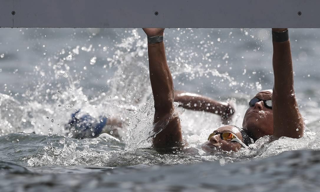 Aurelie Muller da França e Rachel Bruni da Itália na chegada da maratona aquática feminina em Copacabana André Mourão / O Dia/NOPP