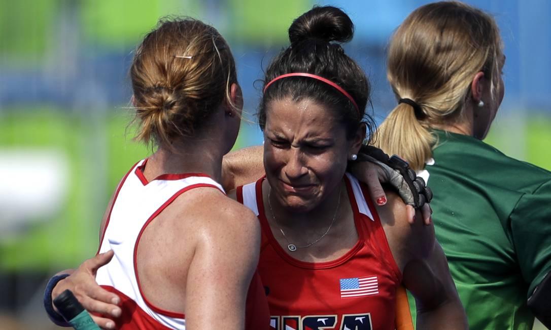 A americana Melissa Gonzalez chora após seu time perder para Alemanhã nas quartas de final do hóquei sobre grama feminino Hussein Malla / AP