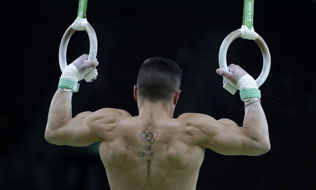 O grego Eleftherios Petrounias se aquece antes de disputar a prova. Ele marcou 16,000 e ficou com o ouro Rebecca Blackwell / AP