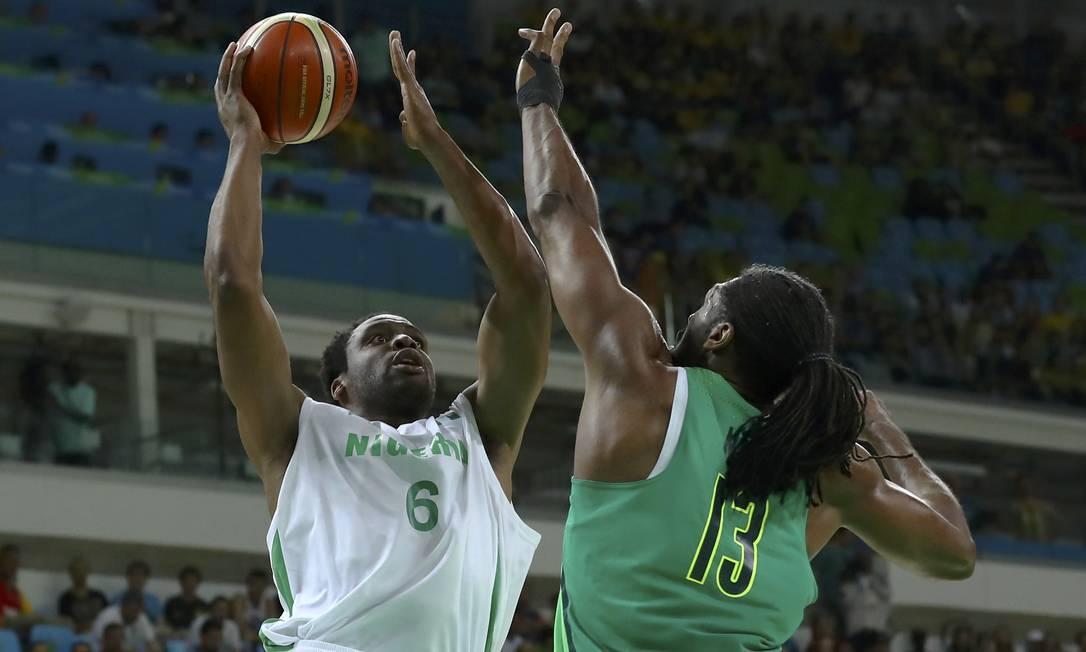 Ike Diogu no ataque pela Nigéria e Nenê na tentativa de marcação pelo Brasil JIM YOUNG / REUTERS