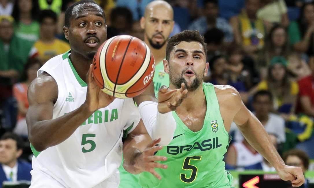 Michael Umeh, da Nigéria, tem a posse da bola e é perseguido por Neto, da seleção brasileira Charlie Neibergall / AP