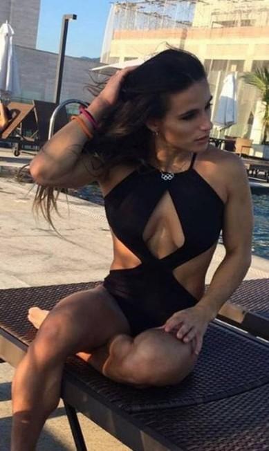 Jade Barbosa machucou o pé durante uma das prova de ginástica na Olimppíada do Rio e saiu chorando. Será que nenhum marmanjo quer consolar a atleta? No Instagram, Jade arrasa nos clique e ganham muitos e fãs Reprodução/Instagram