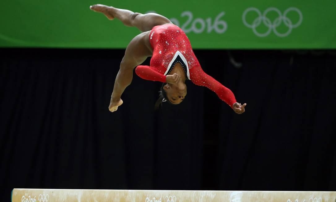 O desequilíbrio da americana fez com que ela pontuasse só 14,733, bem menos que os 15,633 da classificatória, mas suficiente para a medalha de bronze MARKO DJURICA / REUTERS