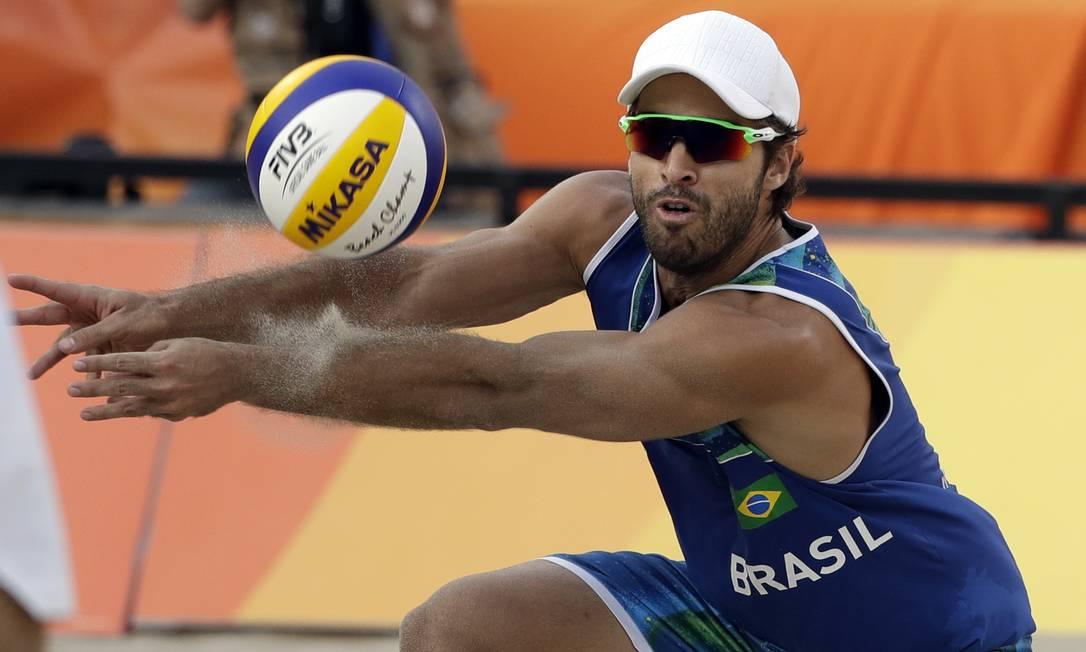As defesas de Bruno foram fundamentas para a vitória desta segunda-feira e a garantia da vaga para a semifinal no vôlei de praia Marcio Jose Sanchez / AP