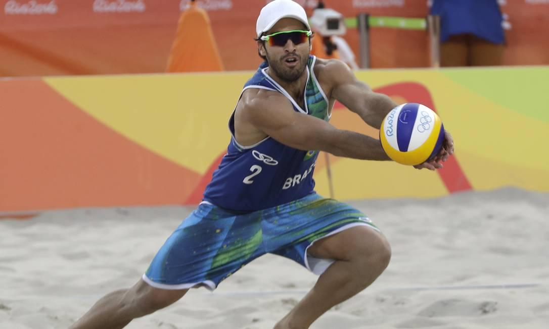 Bruno Schmidt consegue defender ataque da dupla americana Petr David Josek / AP