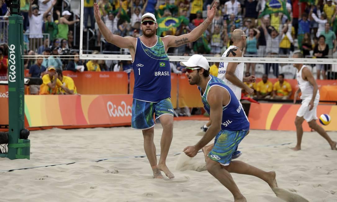 A dupla brasileira comemora a vaga para a semifinal da Olimpíada Marcio Jose Sanchez / AP
