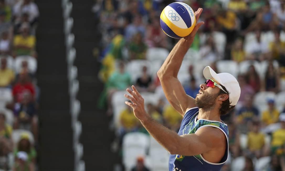 Bruno também sacou muito bem para garantir a vitória da dupla brasileira ADREES LATIF / REUTERS