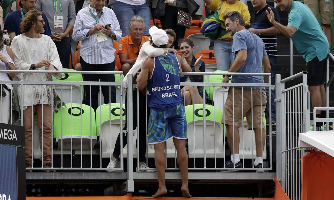 Bruno Schmidt comemora com com a torcida a vitória desta segunda-feira Marcio Jose Sanchez / AP