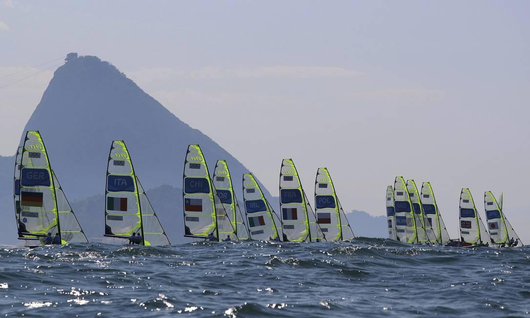 Regata da classe 49er masculina é realizada na Marina da Glória BRIAN SNYDER / REUTERS