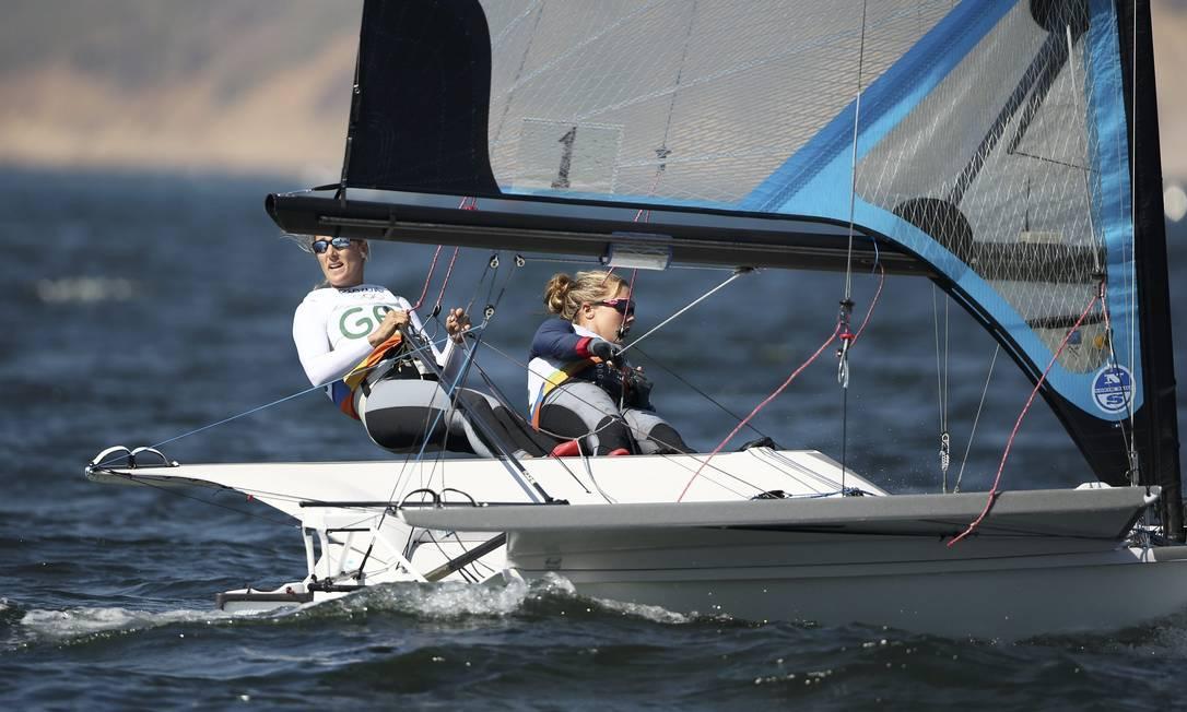 As brtiânicas Charlotte Dobson e Sophie Ainsworth durante a regata BENOIT TESSIER / REUTERS