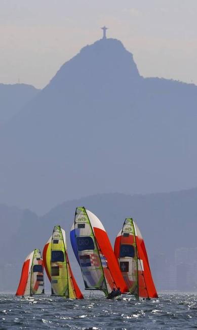 Duplas de Áustria, Espanha, Croácia, e Suíça competem na classe 49er BRIAN SNYDER / REUTERS