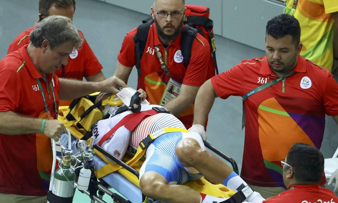 O coreano Park Sang-hoon precisou ser levado pelos paramédicos após o acidente PAUL HANNA / REUTERS