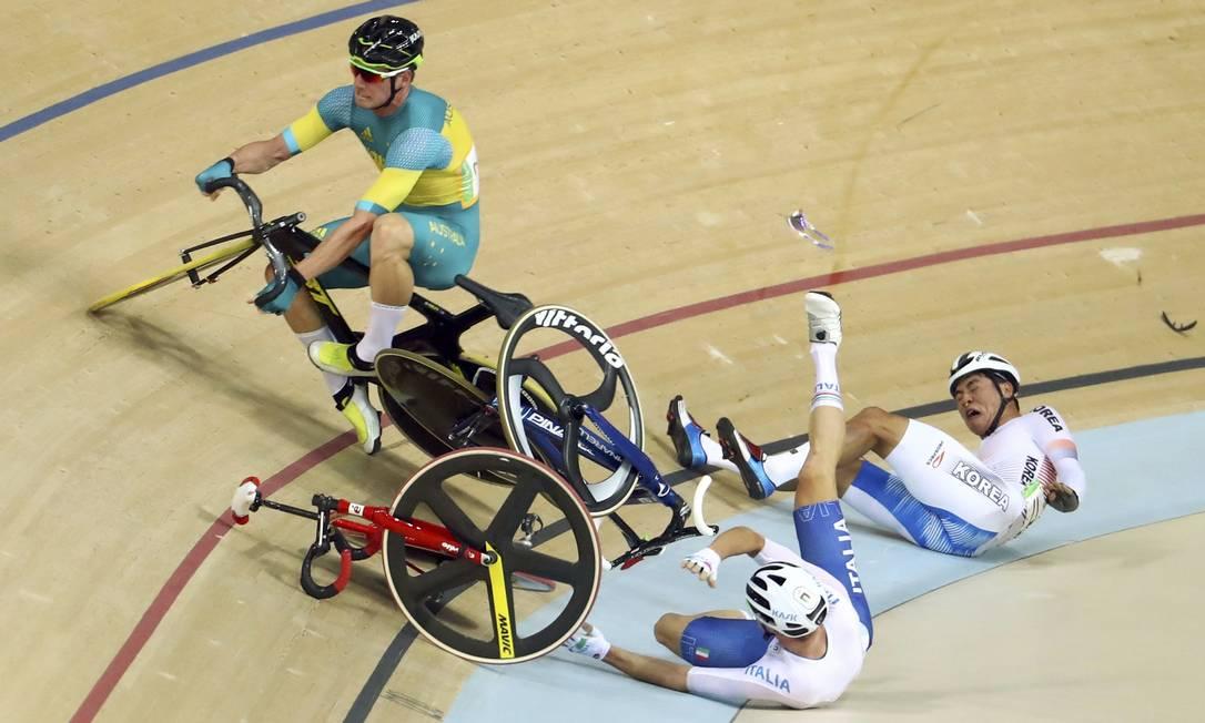 O coreano Park Sang-Hoon levou a pior, mas o acidente também envolveu o australiano Glenn O'Shea e o italiano Elia Viviani PAUL HANNA / REUTERS