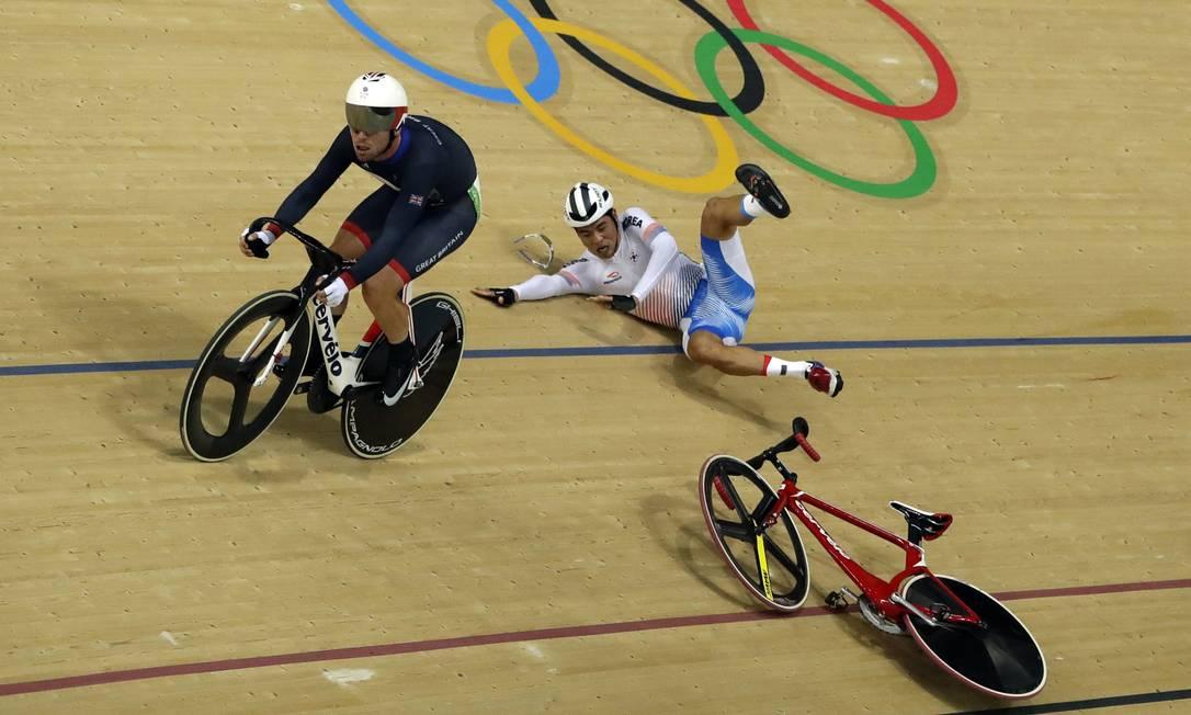 O ciclista britânico Mark Cavendish, favorito ao ouro, causou um acidente na disputa do omnium, nesta segunda-feira. Ao voltar para a parte baixa da pista, ele atingiu e derrubou o coreano Park Sang-hoon Pavel Golovkin / AP