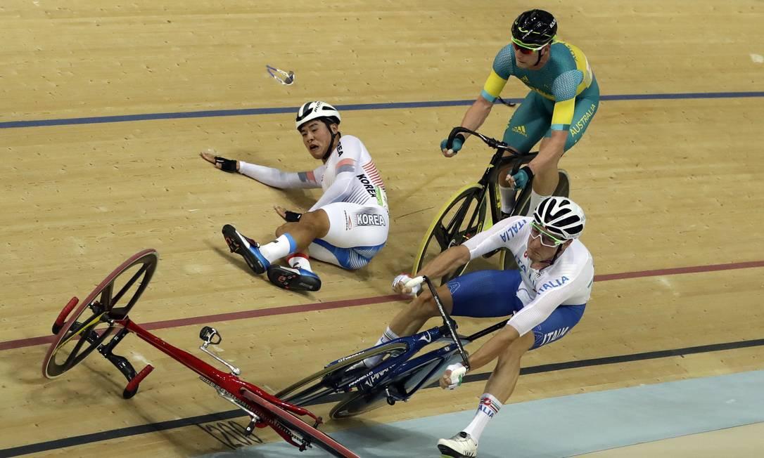 A bicicleta de Park Sang-hoon voou e acabou derrubando também o italino Elia Viviani e o australiano Glenn O'Shea Pavel Golovkin / AP