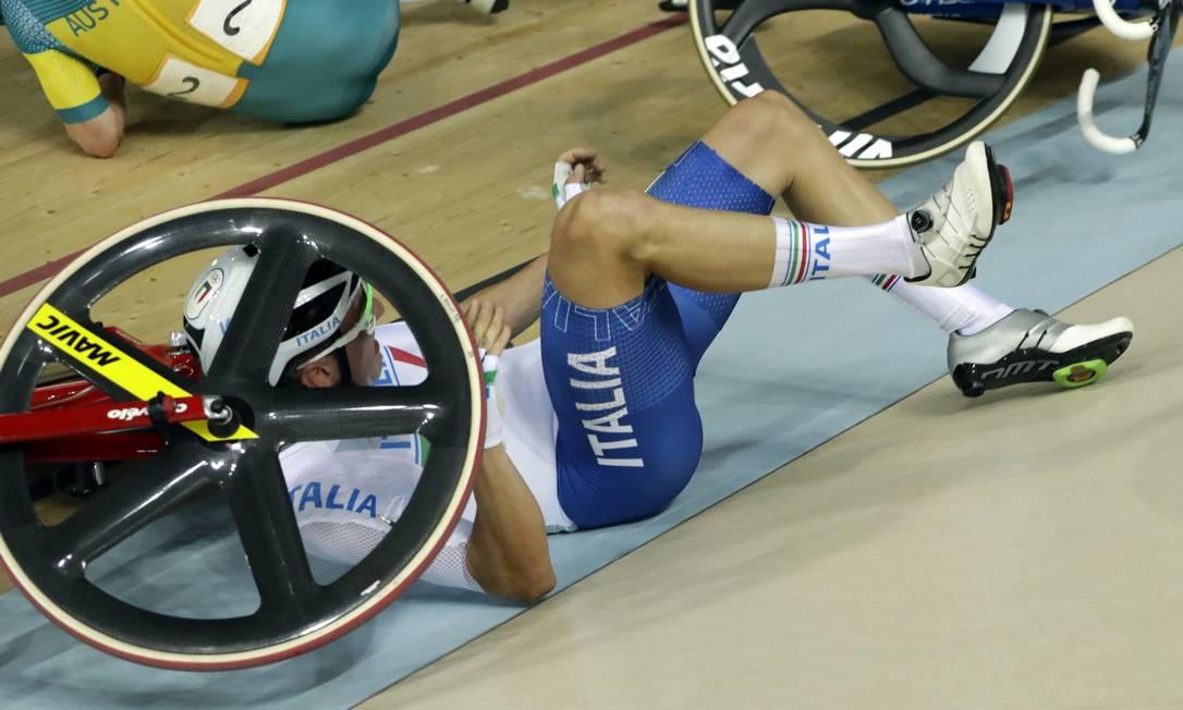 Elia Viviani foi um dos envolvidos no acidente, mas conseguiu voltar para a pista e venceu a prova, conquistando a medalha de ouro Pavel Golovkin / AP