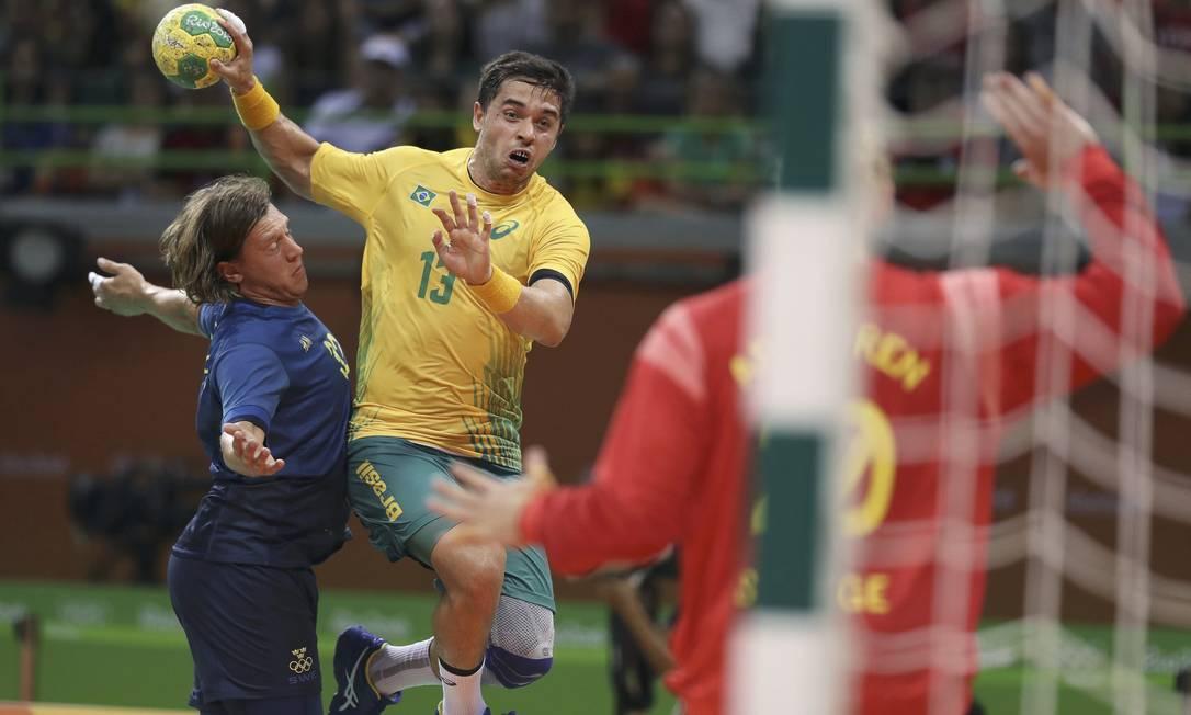 O Brasil começou bem, com gol de Leonardo Santos, antes do primeiro minuto. Mas a Suécia, atual vice-campeã olímpica, mas que ainda não tinha vencido nesta edição dos Jogos, reagiu. DAMIR SAGOLJ / REUTERS