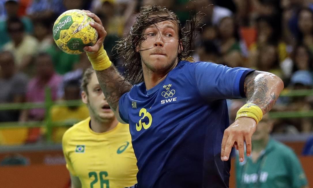 Aos 25, os suecos marcaram 15 a 9, com Nilsson, aproveitando um contra-ataque, após o Brasil utilizar o goleiro-linha. A etapa inicial terminou com o placar em 16 a 10 Matthias Schrader / AP
