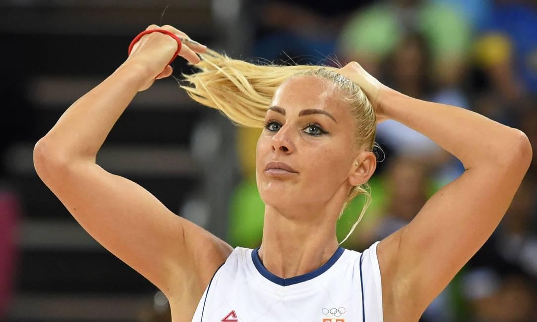 Milica Dabović, da Sérvia, arruma o cabelo durante partida de basquete MARK RALSTON / AFP