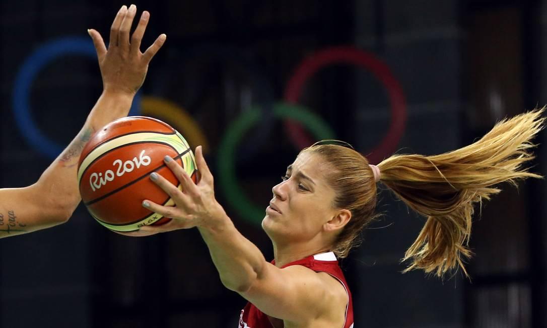 Bahar Caglar, da Turquia, durante partida de basquete SHANNON STAPLETON / REUTERS
