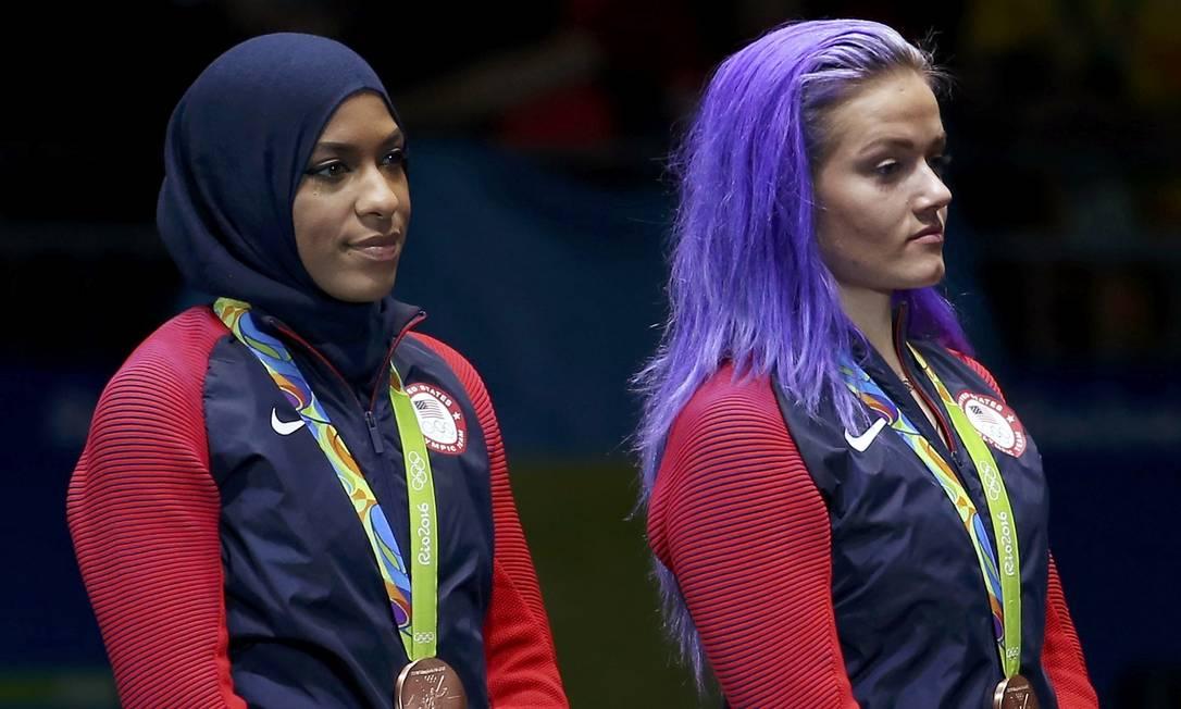 Ibtihaj Muhammad e Dagmara Wozniak, dos Estados Unidos, celebram a medalha de bronze ISSEI KATO / REUTERS