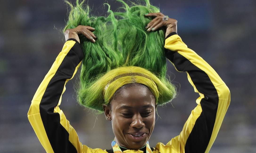 Shelly-Ann Fraser-Pryce, da Jamaica comemora ao receber a medalha de bronze nos 100 metros para mulheres Kirsty Wigglesworth / AP