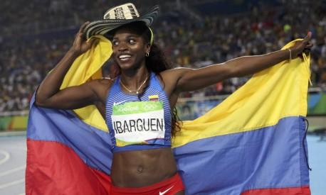 Caterine Ibarguen comemora a vitória com a bandeira da Colômbia e um chapéu típico do país Foto: PHIL NOBLE / REUTERS