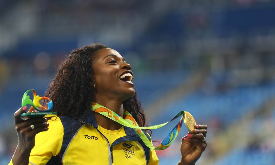 Com a medalha no peito, Caterine Ibarguen comemora o ouro no Rio-2016 LEONHARD FOEGER / REUTERS